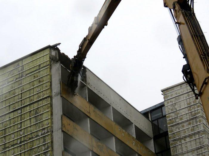 110-Tonnen-Bagger am Werk: Abbruch der Hochhäuser in Lankow gestartet