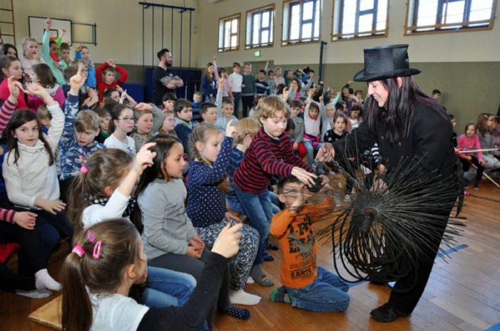 Schornsteinfegerin besucht Hortkinder