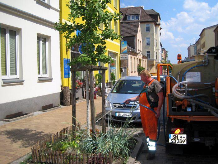 Wasser marsch für Bäume und Blumenbeflanzungen der Stadt