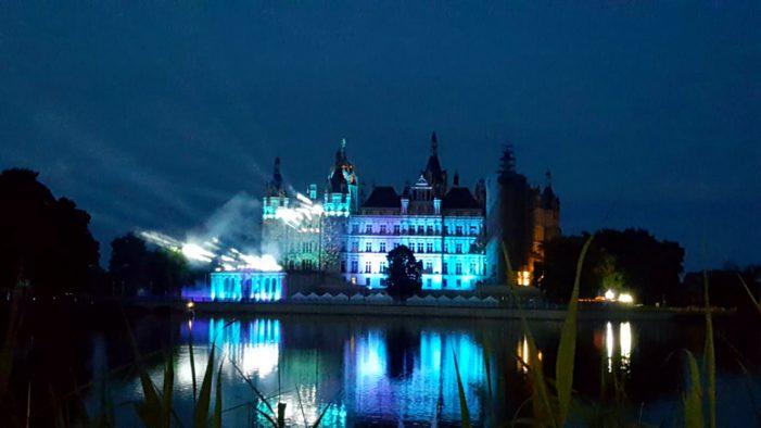 Schloss erstrahlt in vielen Farben