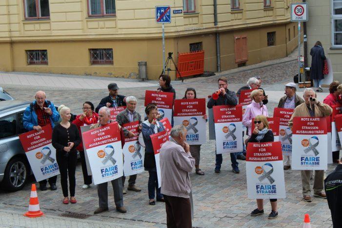 Pfeifkonzert:  Bürger wehren sich gegen Straßenausbaubeiträge