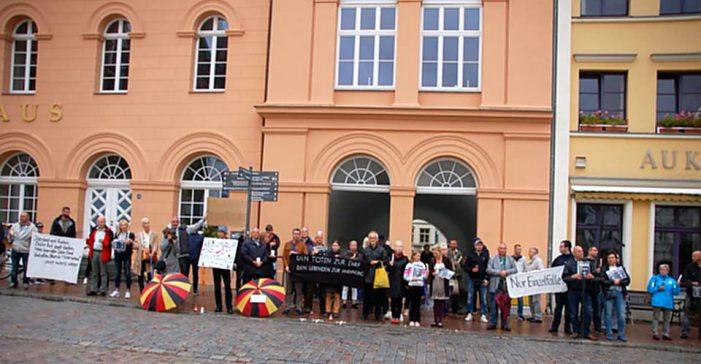 Tödliche Messerattacke in Chemnitz: Mahnwache und Gegenprotest vor dem Rathaus