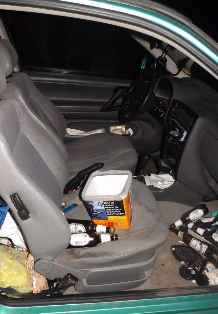 Alkoholisierter Fahrer schläft an einer Ampel ein