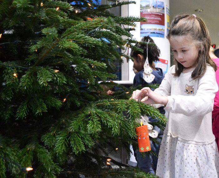 Kitakinder schmücken Weihnachtsbaum im Stadthaus